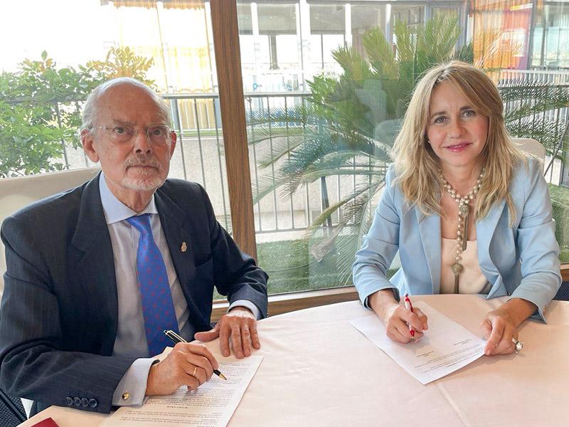 Ana Bujaldón y el presidente de ADIPROPE Ignacio Buqueras y Bach